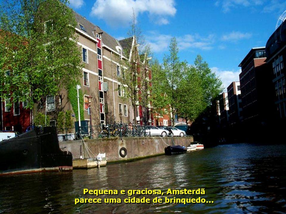 Pequena e graciosa, Amsterdã parece uma cidade de brinquedo...