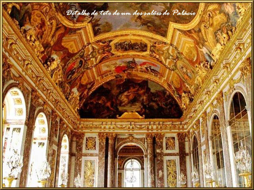Detalhe do teto de um dos salões do Palácio