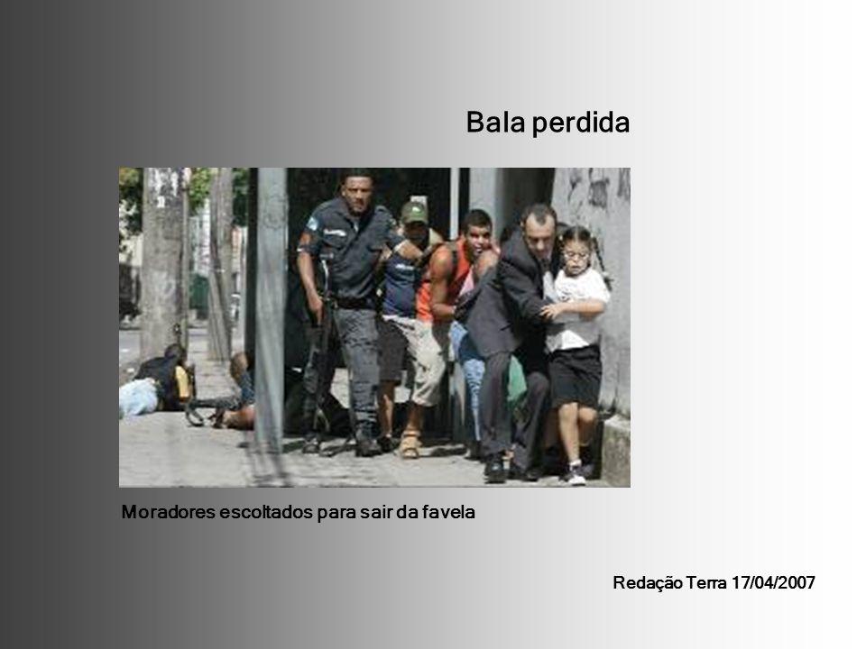 Bala perdida Moradores escoltados para sair da favela