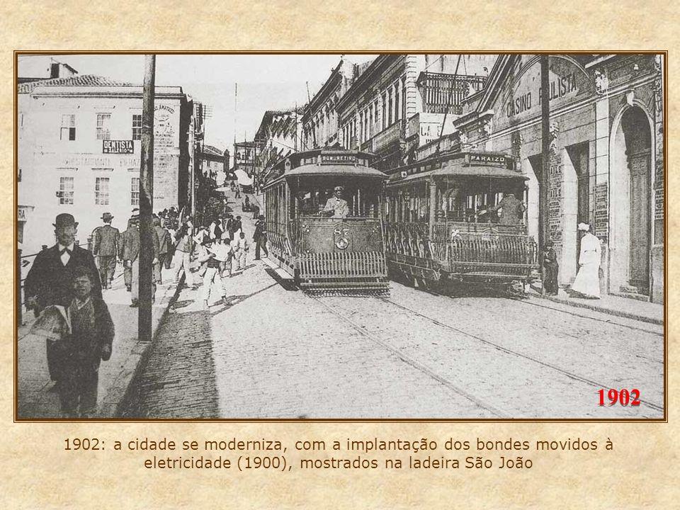 1902 1902: a cidade se moderniza, com a implantação dos bondes movidos à eletricidade (1900), mostrados na ladeira São João.