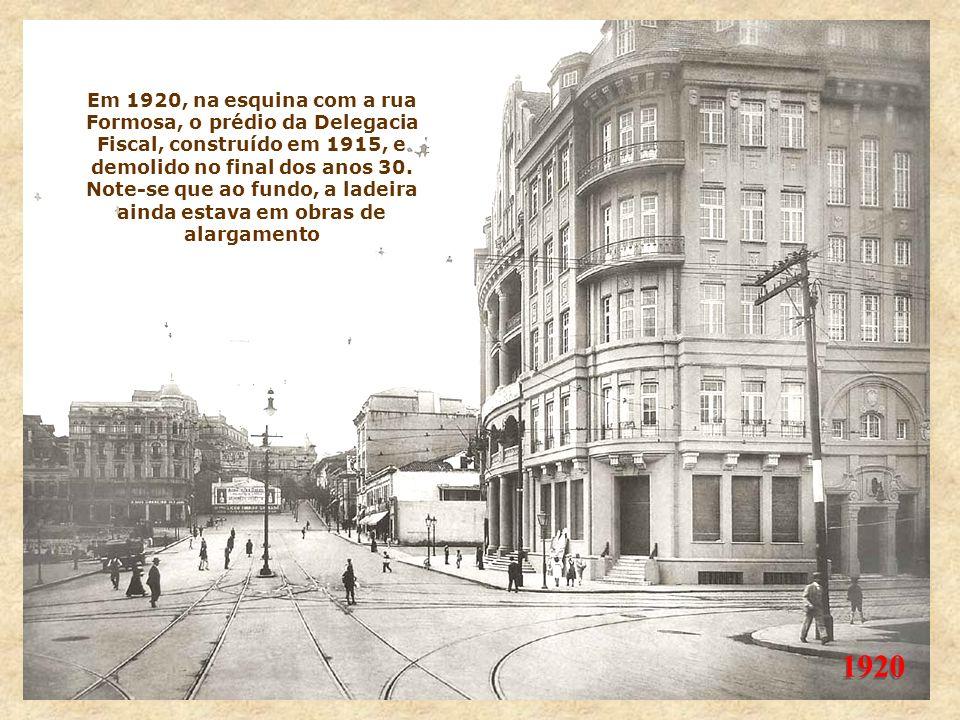 Em 1920, na esquina com a rua Formosa, o prédio da Delegacia Fiscal, construído em 1915, e demolido no final dos anos 30. Note-se que ao fundo, a ladeira ainda estava em obras de alargamento
