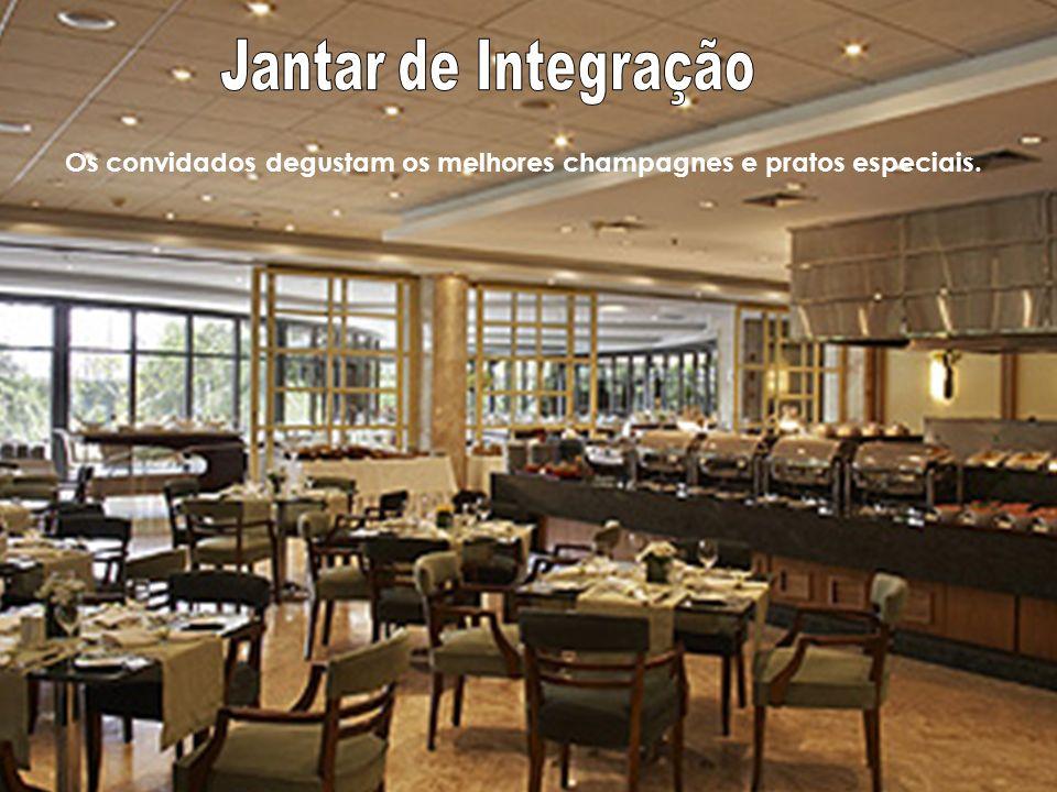 Jantar de Integração Os convidados degustam os melhores champagnes e pratos especiais.