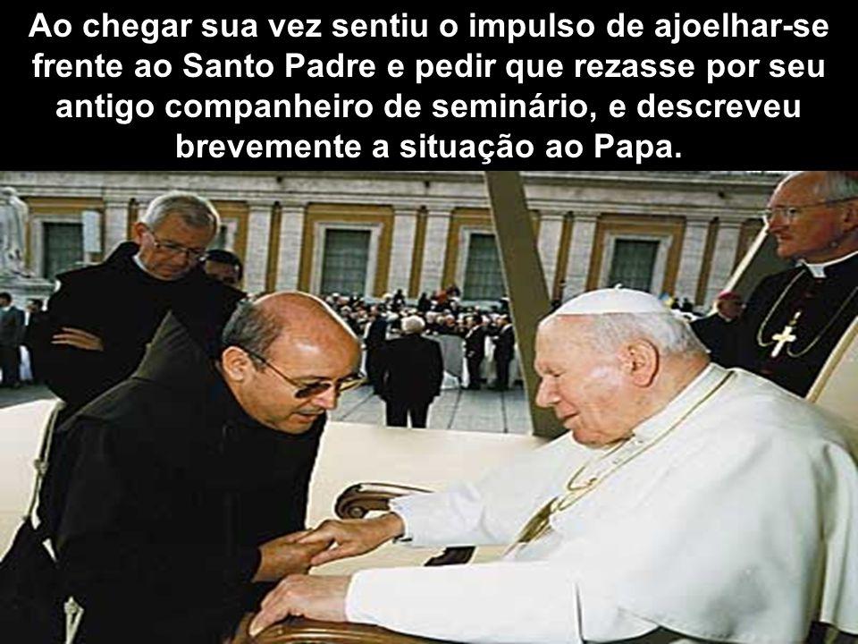 Ao chegar sua vez sentiu o impulso de ajoelhar-se frente ao Santo Padre e pedir que rezasse por seu antigo companheiro de seminário, e descreveu brevemente a situação ao Papa.