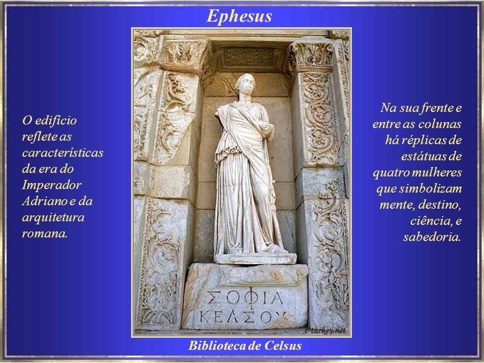 Ephesus Na sua frente e entre as colunas há réplicas de estátuas de quatro mulheres que simbolizam mente, destino, ciência, e sabedoria.