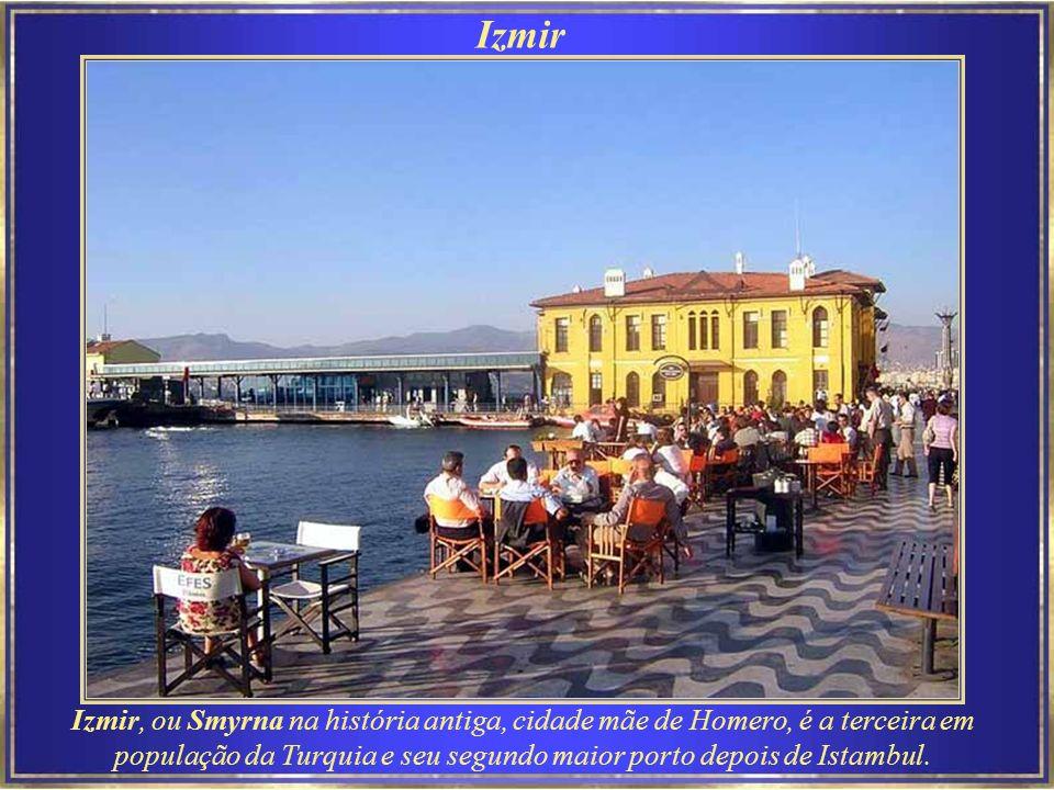 Izmir Izmir, ou Smyrna na história antiga, cidade mãe de Homero, é a terceira em população da Turquia e seu segundo maior porto depois de Istambul.