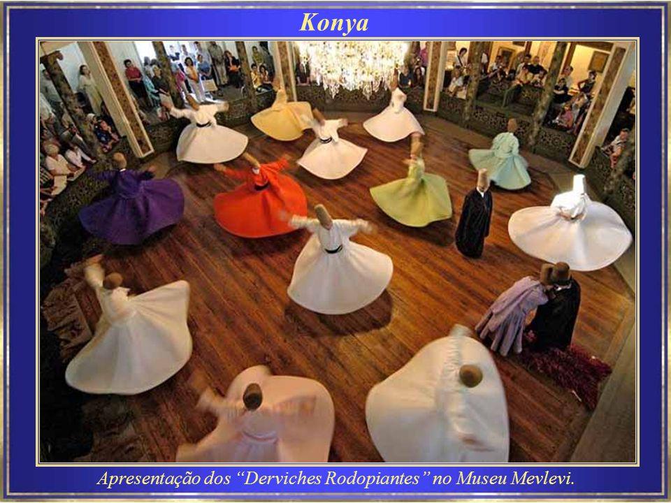 Apresentação dos Derviches Rodopiantes no Museu Mevlevi.