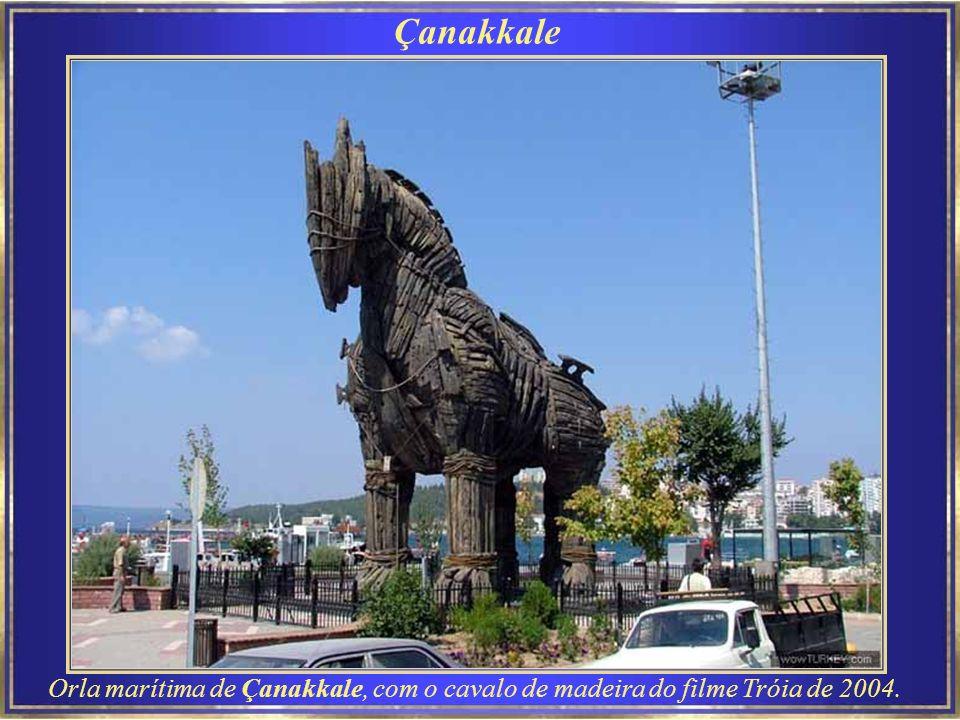 Çanakkale Orla marítima de Çanakkale, com o cavalo de madeira do filme Tróia de 2004.