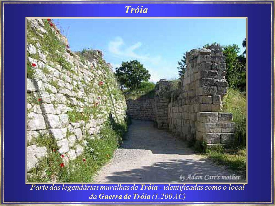 Tróia Parte das legendárias muralhas de Tróia - identificadas como o local da Guerra de Tróia (1.200 AC)
