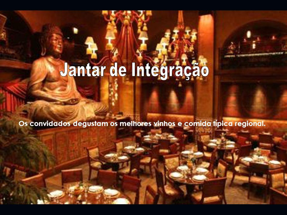 Jantar de Integração Os convidados degustam os melhores vinhos e comida típica regional.
