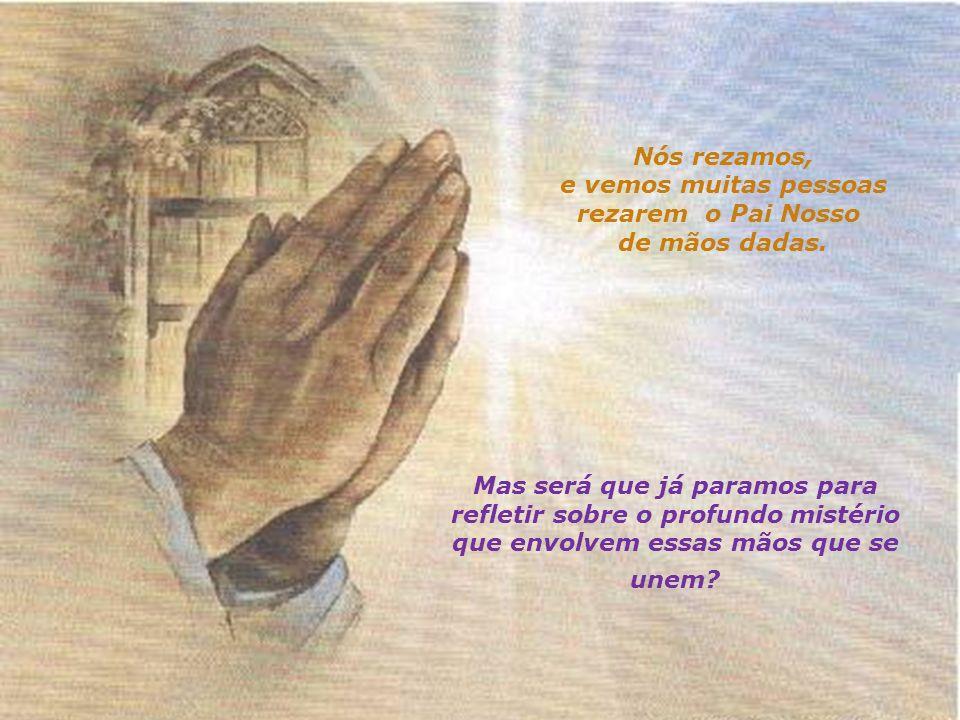 Nós rezamos, e vemos muitas pessoas. rezarem o Pai Nosso de mãos dadas.
