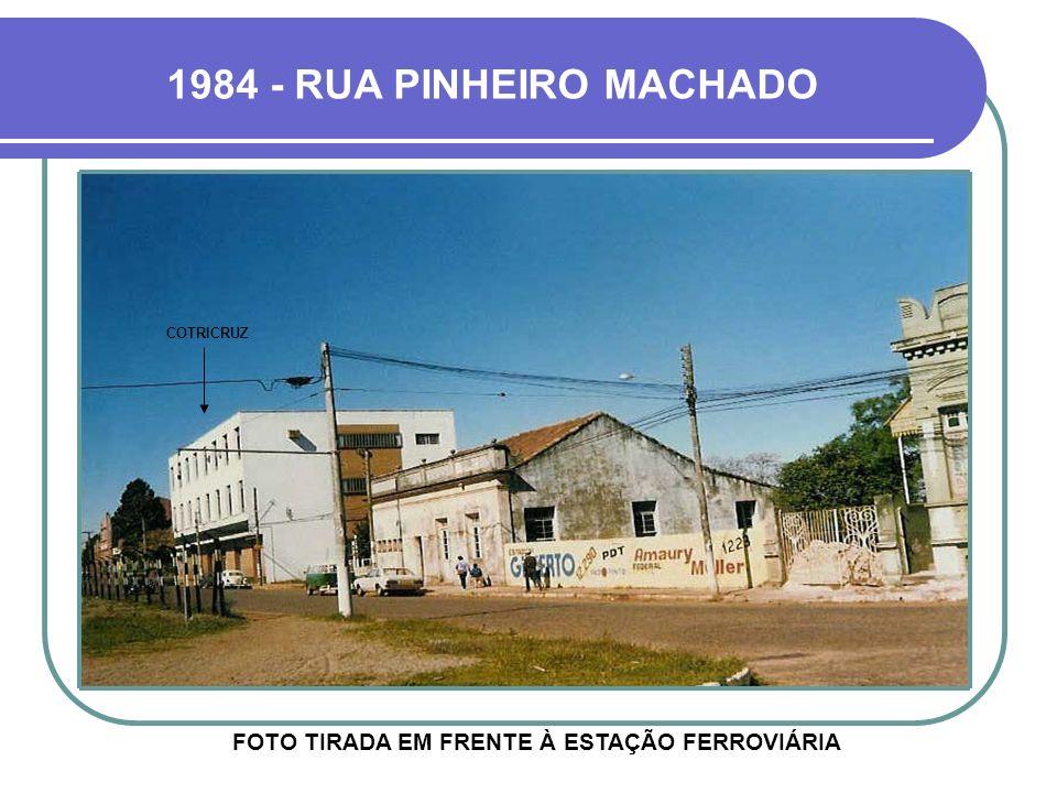 FOTO TIRADA EM FRENTE À ESTAÇÃO FERROVIÁRIA