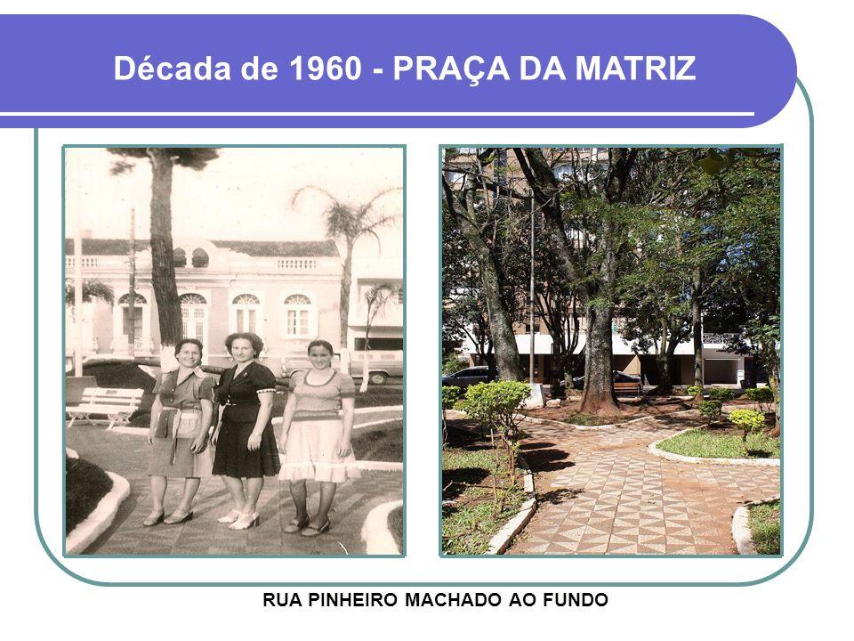 Década de 1960 - PRAÇA DA MATRIZ RUA PINHEIRO MACHADO AO FUNDO