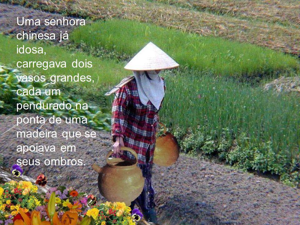 Uma senhora chinesa já idosa, carregava dois vasos grandes, cada um pendurado na ponta de uma madeira que se apoiava em seus ombros.