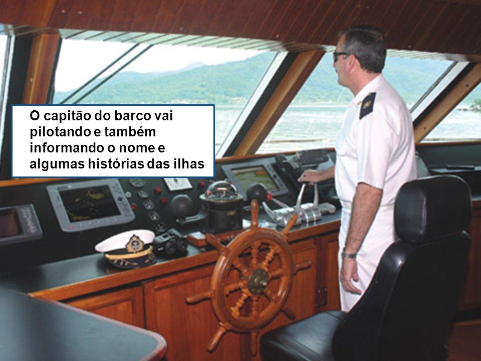 O capitão do barco vai pilotando e também informando o nome e algumas histórias das ilhas