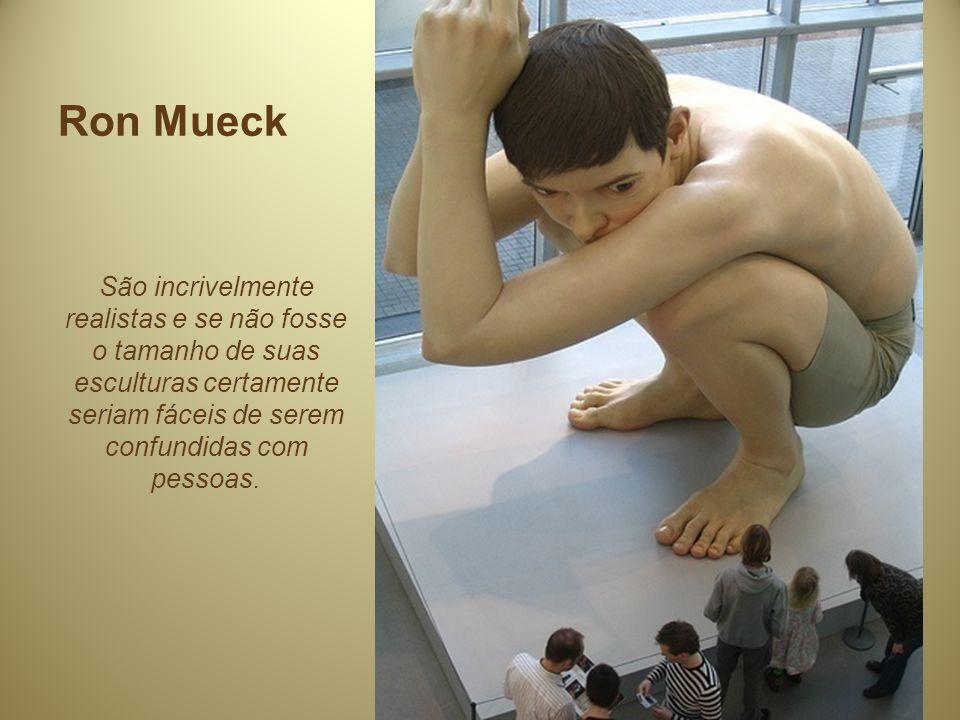 Ron Mueck São incrivelmente realistas e se não fosse o tamanho de suas esculturas certamente seriam fáceis de serem confundidas com pessoas.