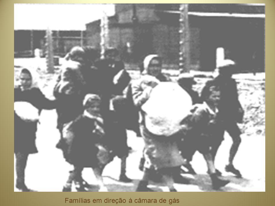Famílias em direção à câmara de gás
