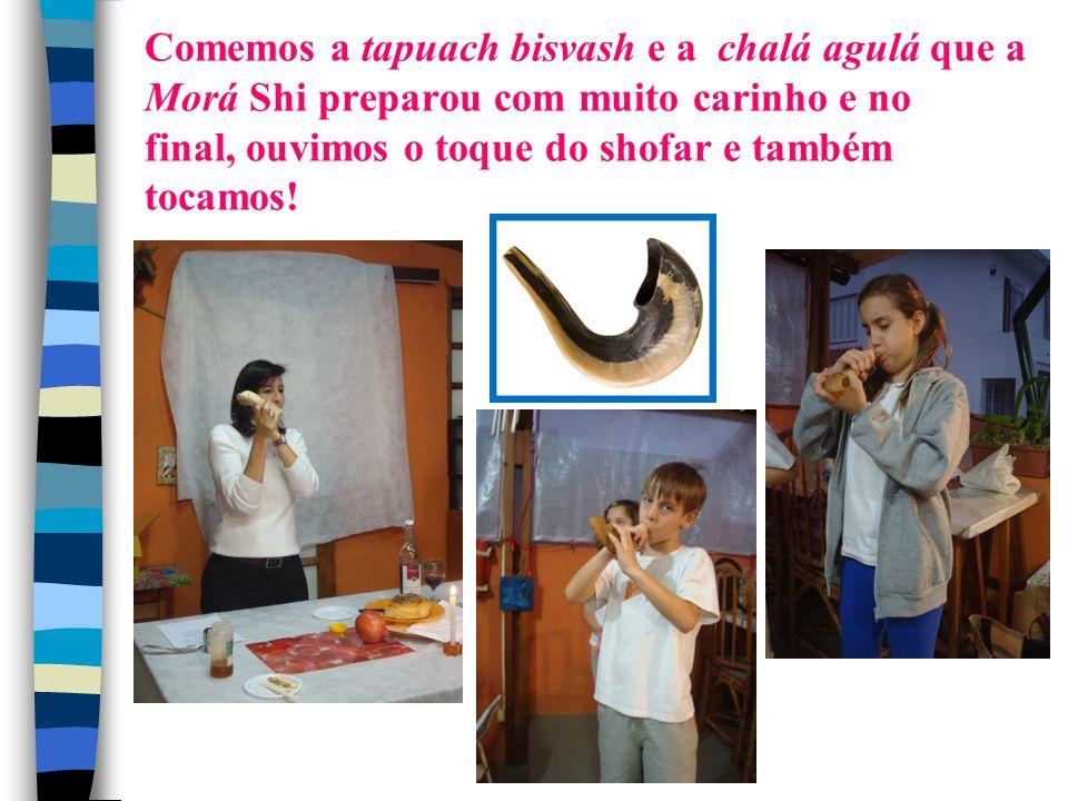 Comemos a tapuach bisvash e a chalá agulá que a Morá Shi preparou com muito carinho e no final, ouvimos o toque do shofar e também tocamos!