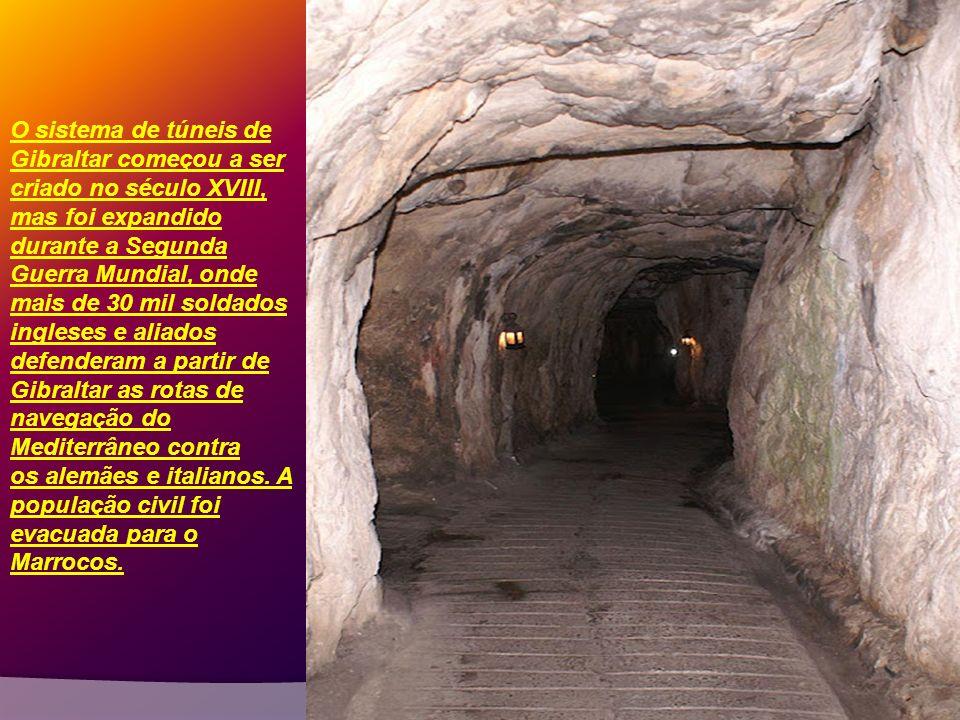 O sistema de túneis de Gibraltar começou a ser criado no século XVIII, mas foi expandido durante a Segunda Guerra Mundial, onde mais de 30 mil soldados ingleses e aliados defenderam a partir de Gibraltar as rotas de navegação do Mediterrâneo contra os alemães e italianos.