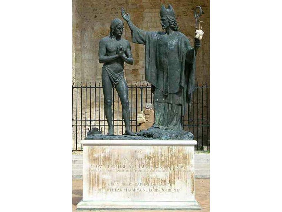 (Bateme de Clovis 1er , roi des Francs, par St Remy, à la cathedrale de Reims ( Statue devant la cathédrale de Reims) )