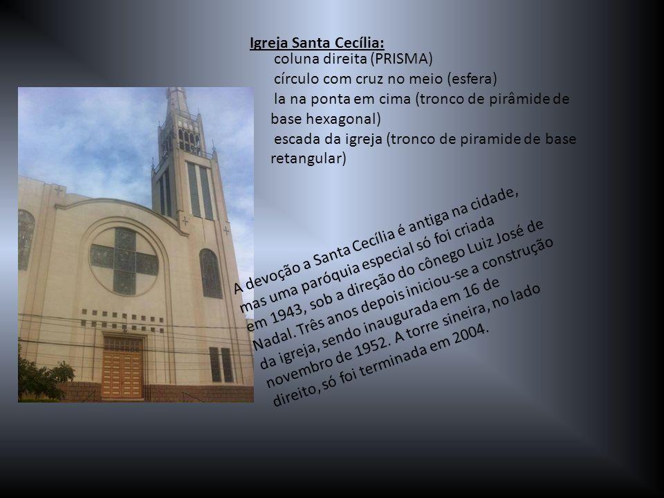 Igreja Santa Cecília: coluna direita (PRISMA) círculo com cruz no meio (esfera) la na ponta em cima (tronco de pirâmide de base hexagonal)