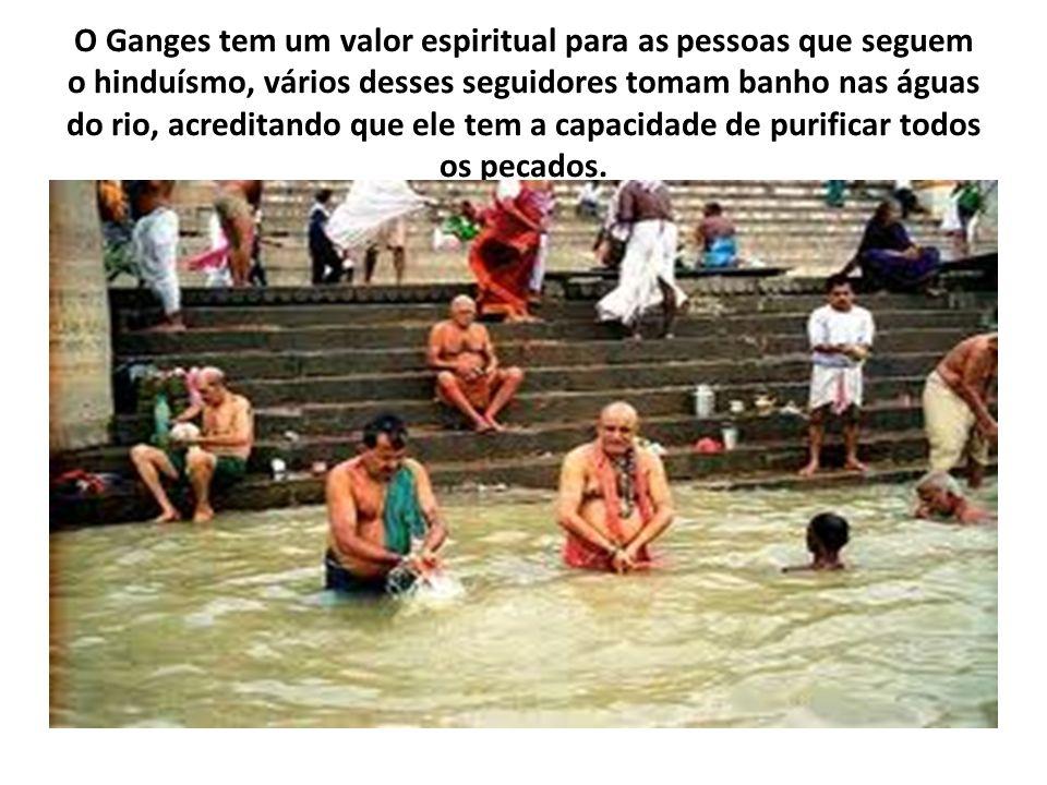 O Ganges tem um valor espiritual para as pessoas que seguem o hinduísmo, vários desses seguidores tomam banho nas águas do rio, acreditando que ele tem a capacidade de purificar todos os pecados.