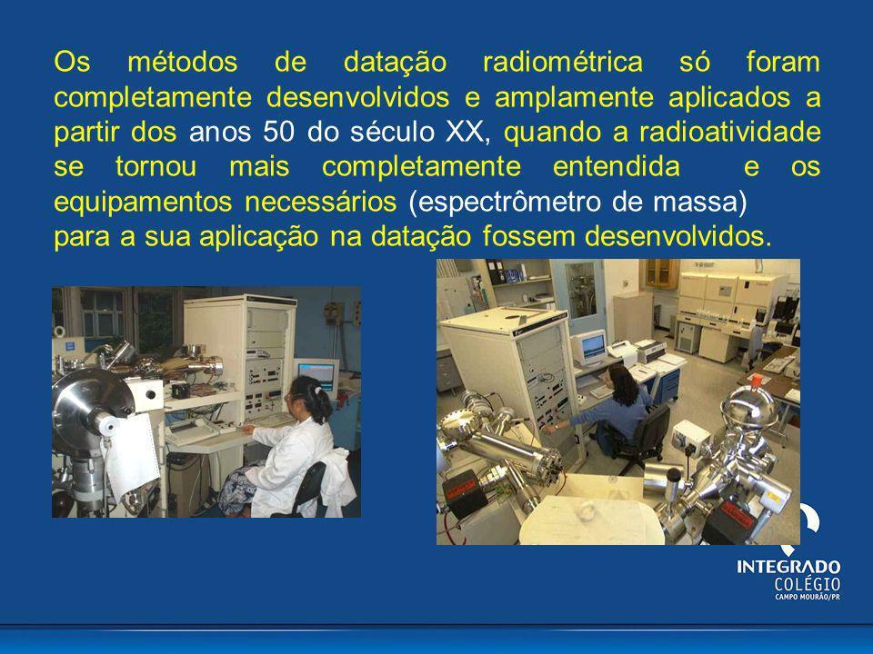 Os métodos de datação radiométrica só foram completamente desenvolvidos e amplamente aplicados a partir dos anos 50 do século XX, quando a radioatividade se tornou mais completamente entendida e os equipamentos necessários (espectrômetro de massa)