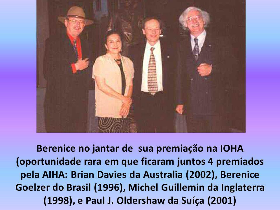 Berenice no jantar de sua premiação na IOHA (oportunidade rara em que ficaram juntos 4 premiados pela AIHA: Brian Davies da Australia (2002), Berenice Goelzer do Brasil (1996), Michel Guillemin da Inglaterra (1998), e Paul J.