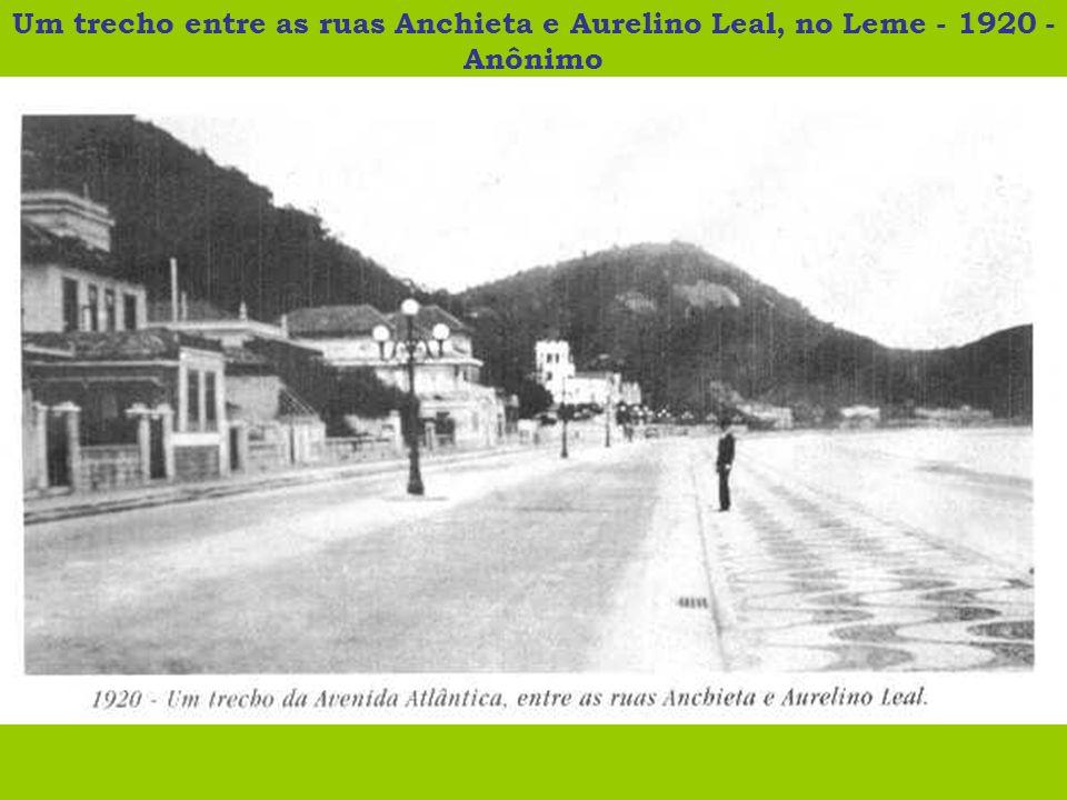 Um trecho entre as ruas Anchieta e Aurelino Leal, no Leme - 1920 - Anônimo