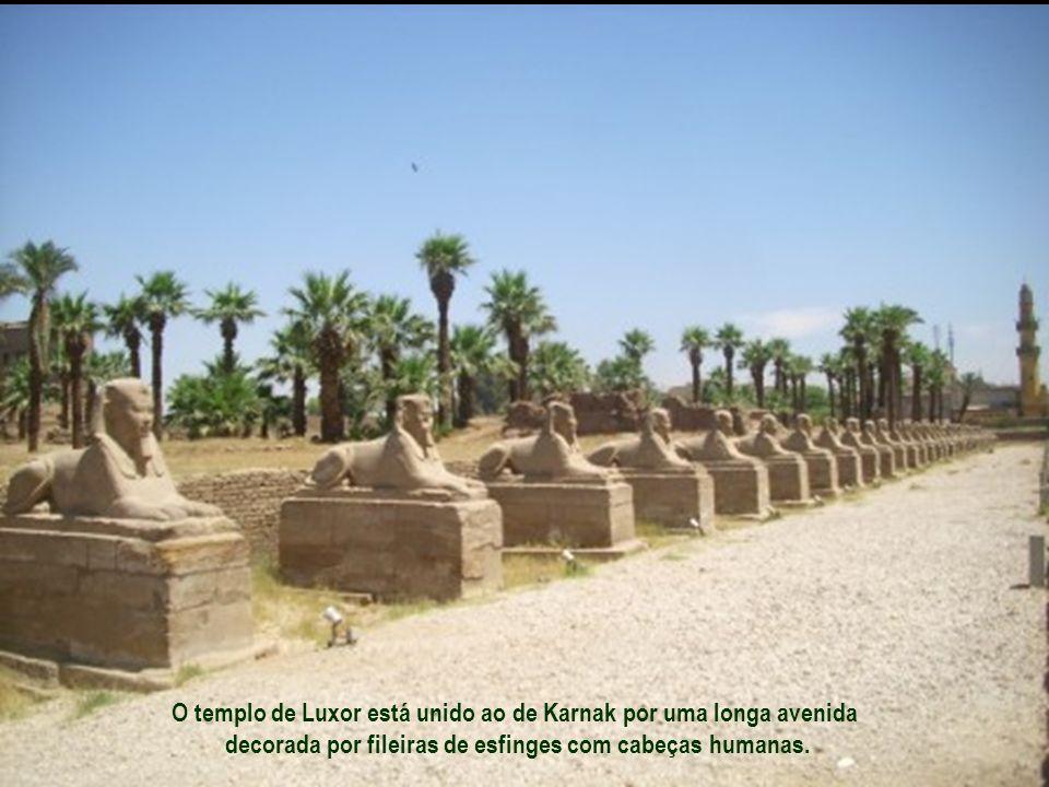 O templo de Luxor está unido ao de Karnak por uma longa avenida