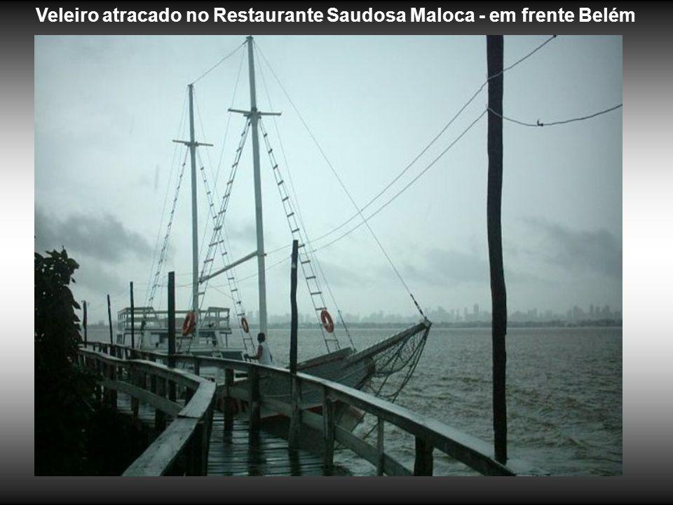 Veleiro atracado no Restaurante Saudosa Maloca - em frente Belém