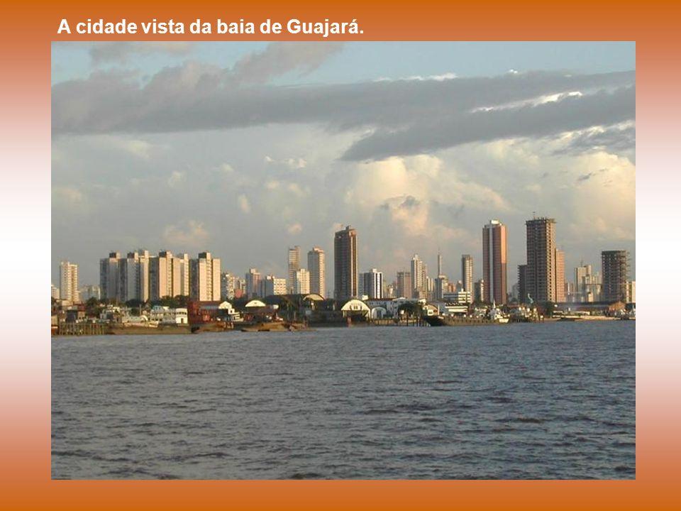 A cidade vista da baia de Guajará.