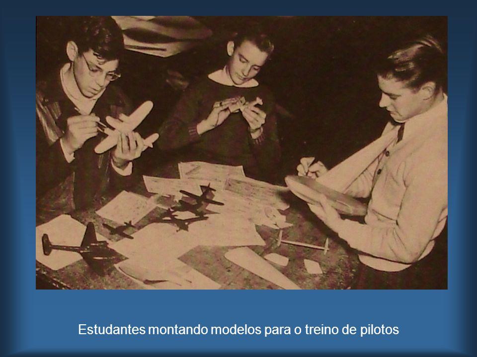 Estudantes montando modelos para o treino de pilotos