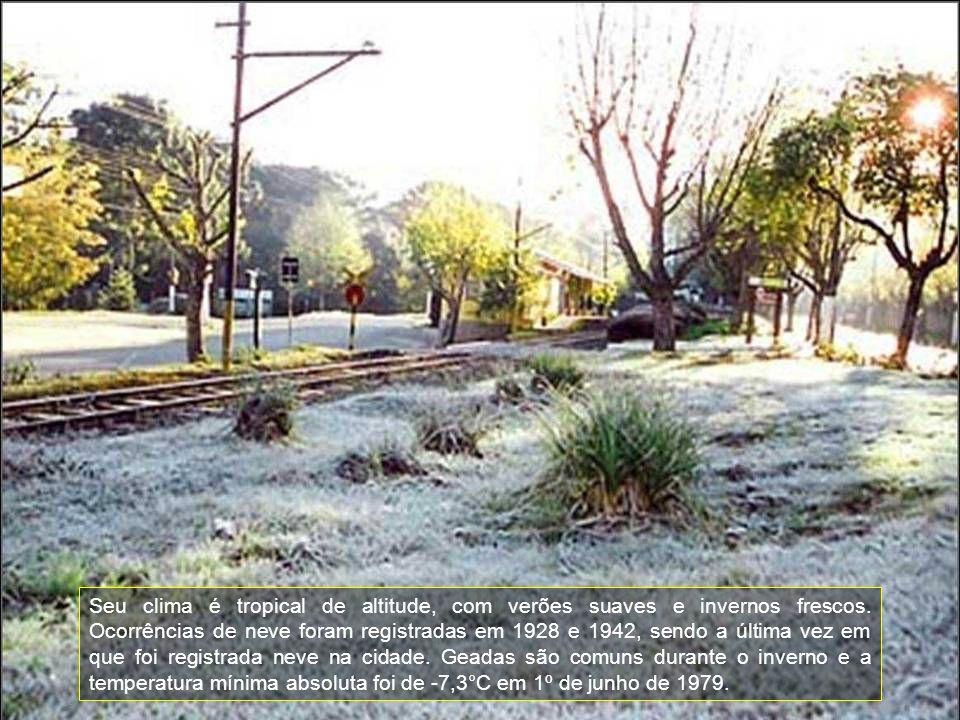 Seu clima é tropical de altitude, com verões suaves e invernos frescos