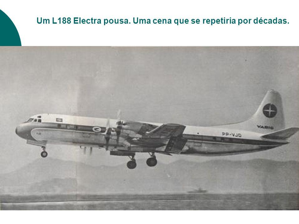 Um L188 Electra pousa. Uma cena que se repetiria por décadas.