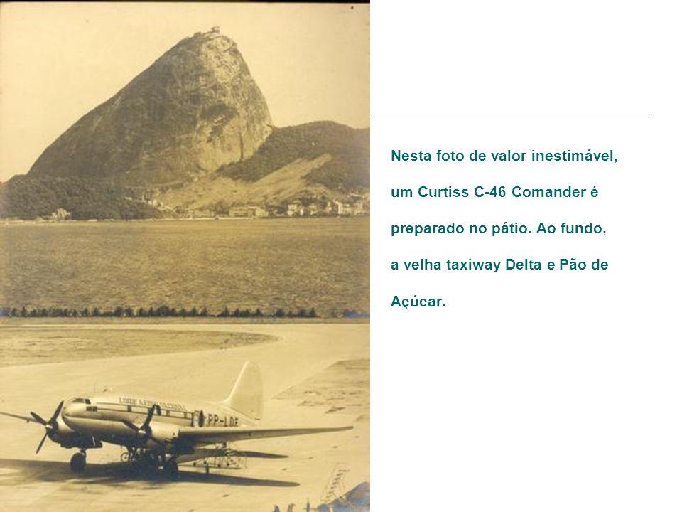 Nesta foto de valor inestimável, um Curtiss C-46 Comander é preparado no pátio.