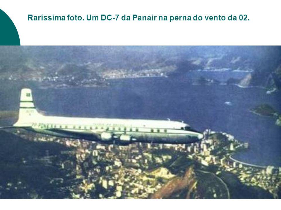 Raríssima foto. Um DC-7 da Panair na perna do vento da 02.