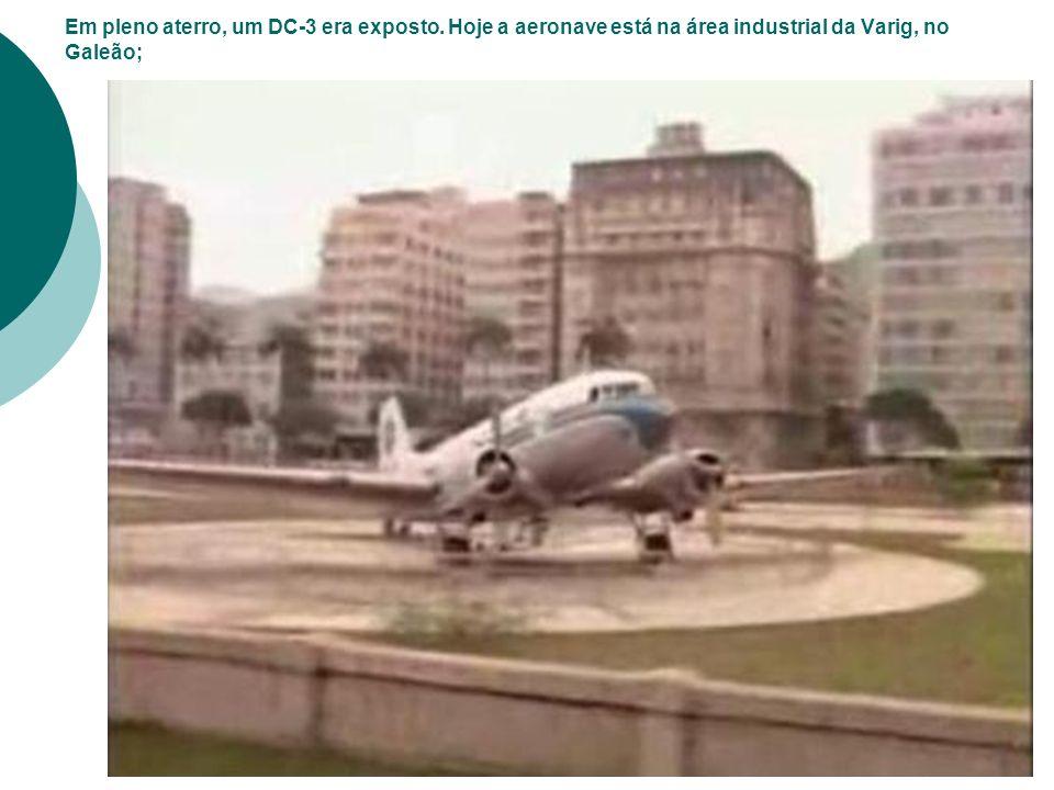 Em pleno aterro, um DC-3 era exposto