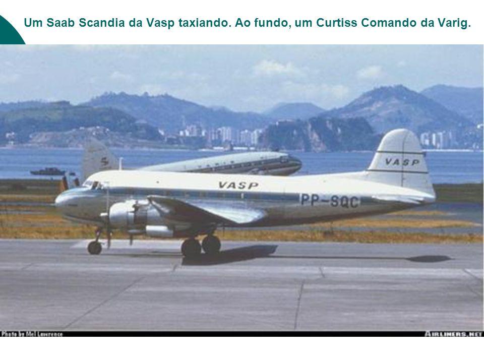 Um Saab Scandia da Vasp taxiando. Ao fundo, um Curtiss Comando da Varig.