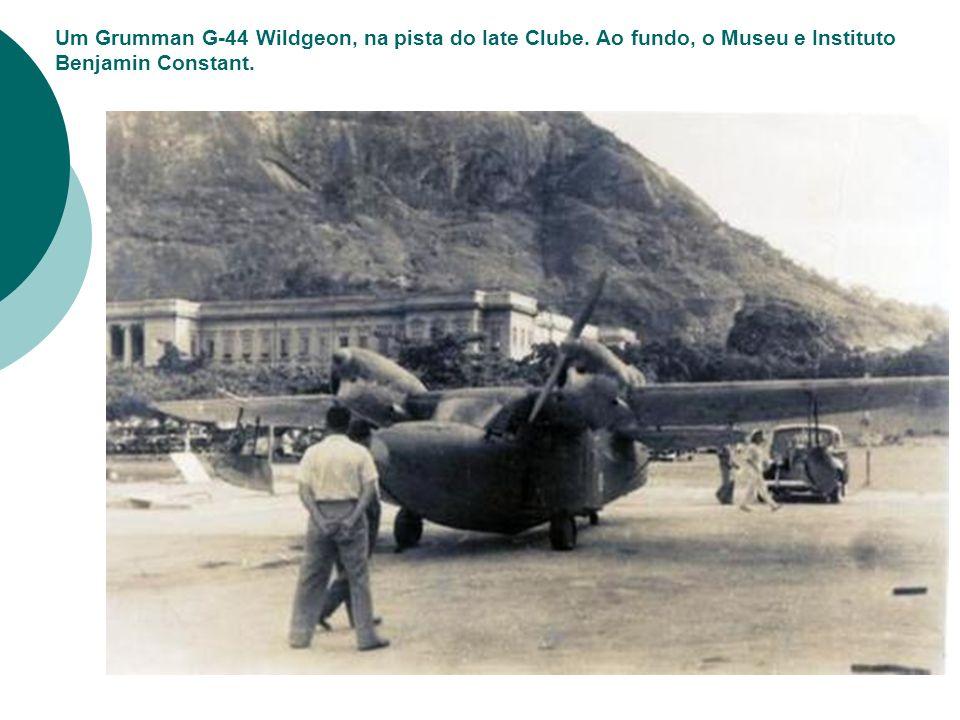 Um Grumman G-44 Wildgeon, na pista do Iate Clube