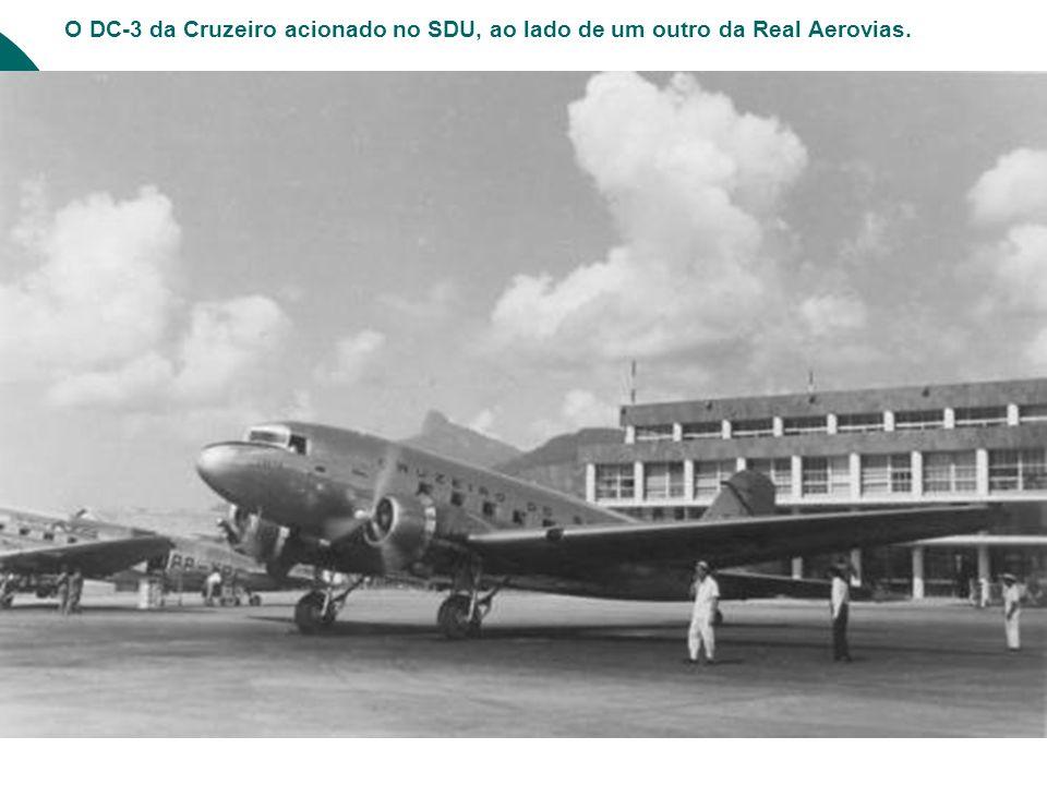 O DC-3 da Cruzeiro acionado no SDU, ao lado de um outro da Real Aerovias.