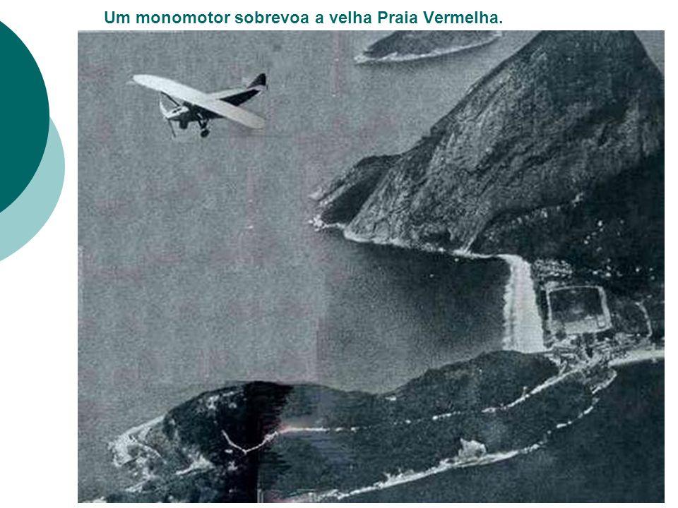 Um monomotor sobrevoa a velha Praia Vermelha.