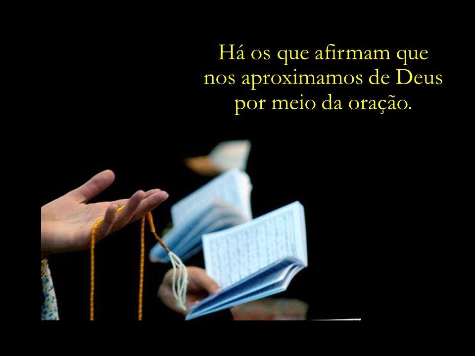 nos aproximamos de Deus por meio da oração.