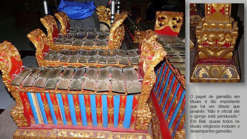 O papel de gamelão em rituais é tão importante que há um ditado que javanês Não é oficial até o gongo está pendurado. Em Bali, quase todos os rituais religiosos incluem o desempenho gamelão.