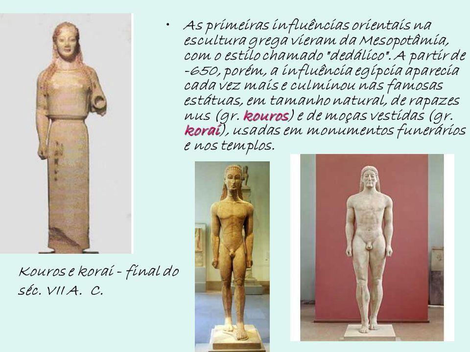 As primeiras influências orientais na escultura grega vieram da Mesopotâmia, com o estilo chamado dedálico . A partir de -650, porém, a influência egípcia aparecia cada vez mais e culminou nas famosas estátuas, em tamanho natural, de rapazes nus (gr. kouros) e de moças vestidas (gr. korai), usadas em monumentos funerários e nos templos.