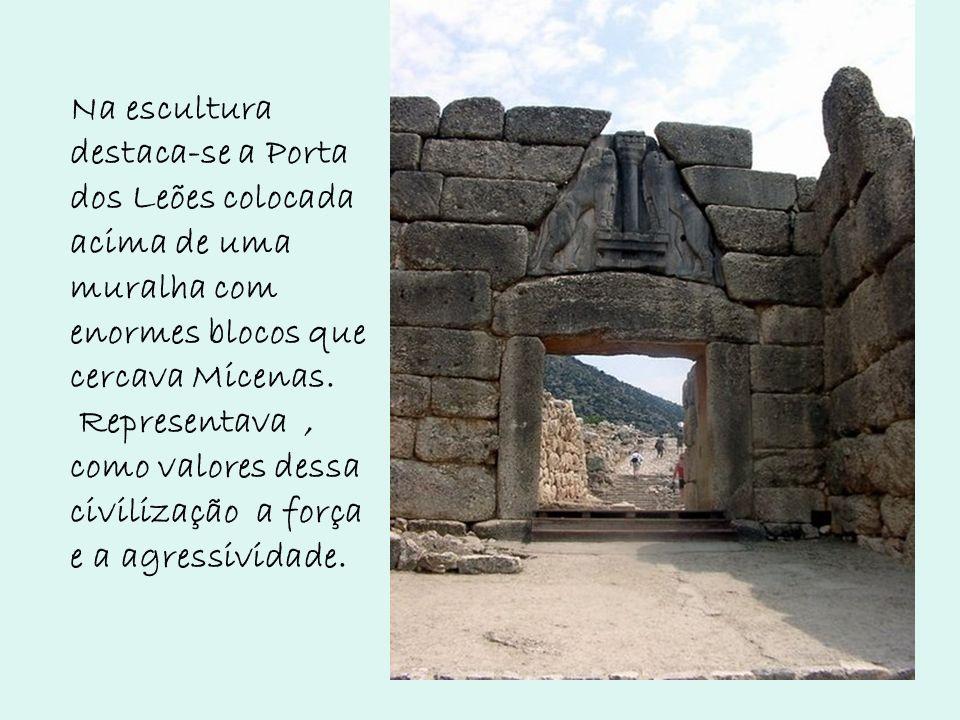 Na escultura destaca-se a Porta dos Leões colocada acima de uma muralha com enormes blocos que cercava Micenas.
