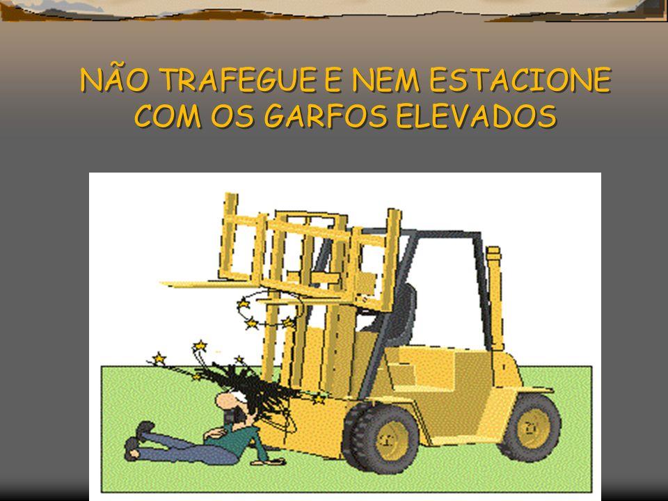 NÃO TRAFEGUE E NEM ESTACIONE COM OS GARFOS ELEVADOS