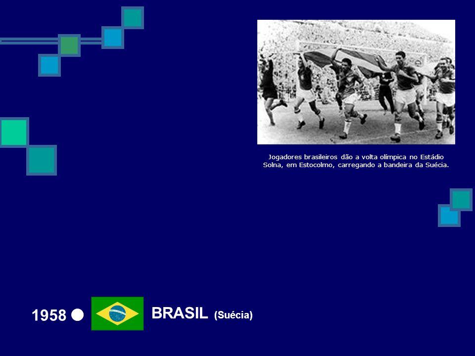 Jogadores brasileiros dão a volta olímpica no Estádio Solna, em Estocolmo, carregando a bandeira da Suécia.
