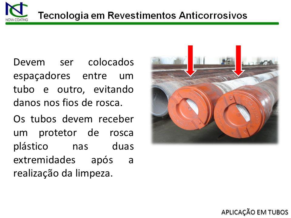 Devem ser colocados espaçadores entre um tubo e outro, evitando danos nos fios de rosca.
