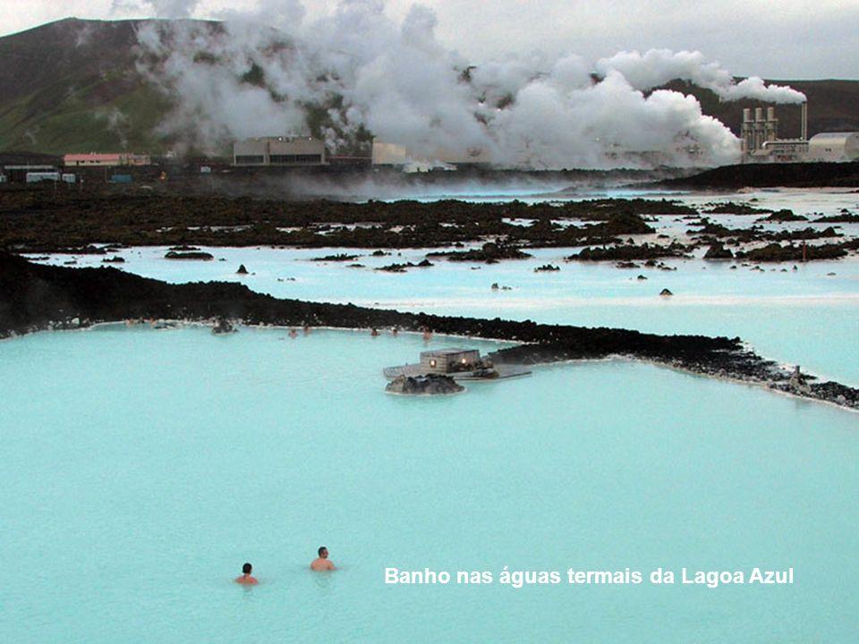 Banho nas águas termais da Lagoa Azul