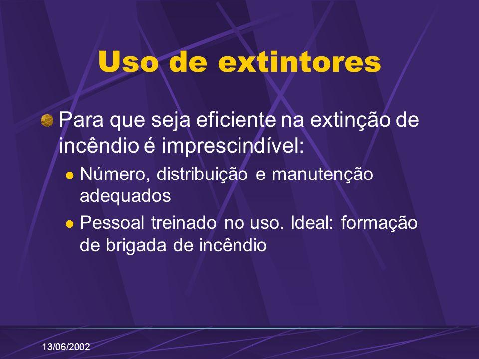 Uso de extintores Para que seja eficiente na extinção de incêndio é imprescindível: Número, distribuição e manutenção adequados.